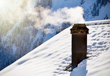 une cheminée procède à l'évacuation des fumées