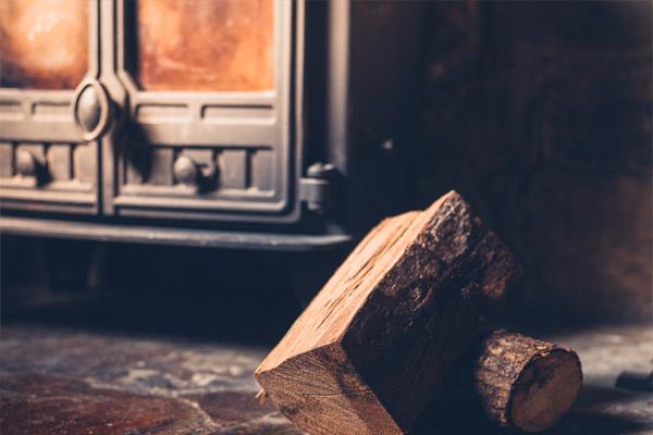 Une bûche de bois au coin du feu