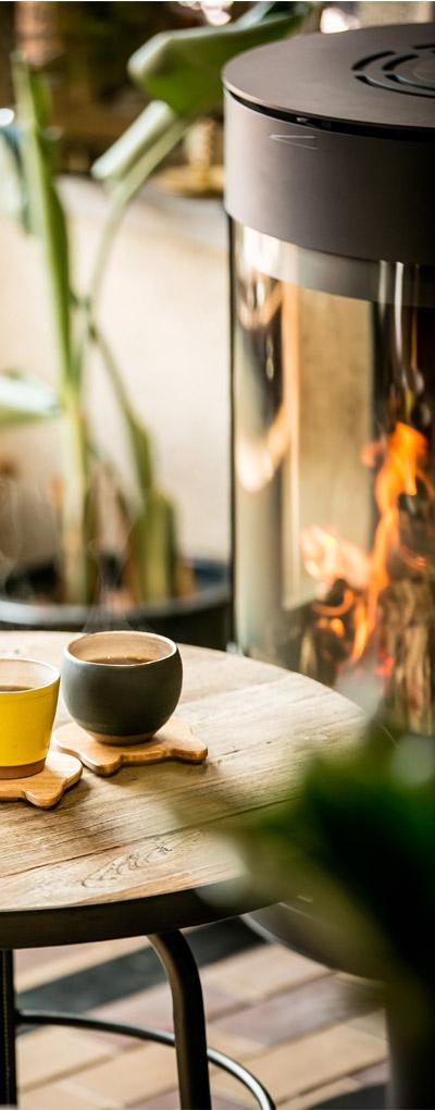 une tasse de thé, un poêle à pellets